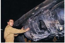 Le capitaine HUMMEL devant le moteur touché